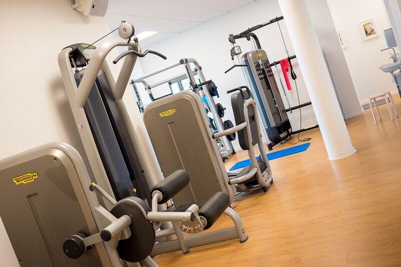 Träning på gym i Bromma Fysioterapi, i Blackeberg nära Vällingby